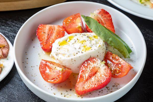 あまおうとフルーツトマトのブラッタチーズのカプレーゼ
